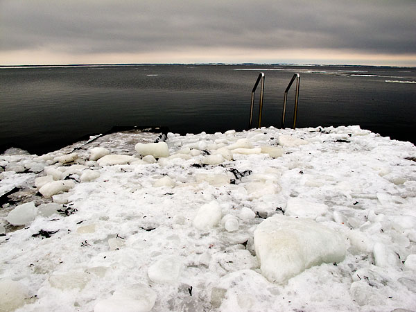 Islossning vid Björkhagens badbrygga Skälderviken