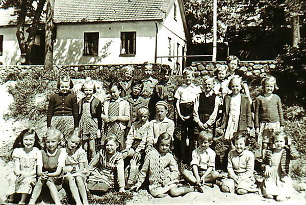 Olga Hellberg med skolbarn i Skepparkroken i början på 1950-talet