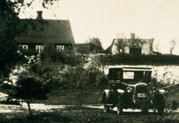 Vid affären i Björkhagen c:a år 1930 - Arvid Carlssons taxi