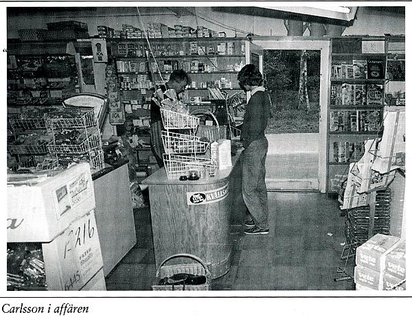 Sven Carlsson i affären. Bilden från boken Björkhagen - Pärlan vid Skälderviken