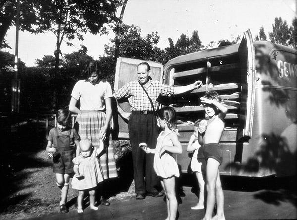 Köp från brödbilen i Skepparkroken c:a 1950 (foto från Evy Hulth)