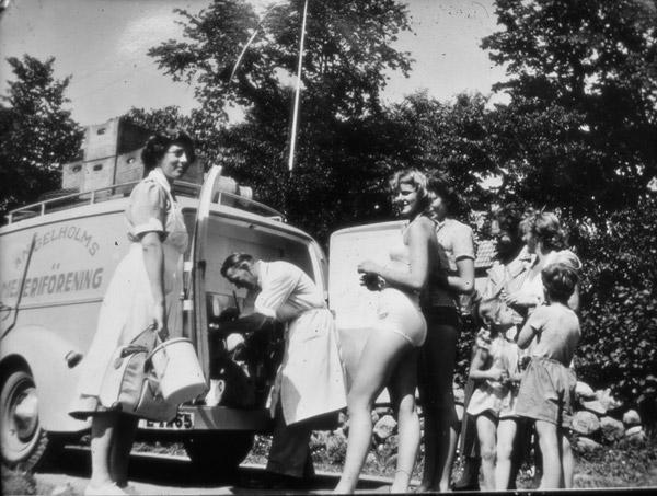 Köp från mjölkbilen i Skepparkroken c:a 1950 (foto från Evy Hulth)