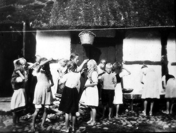 """Barn som leker """"slå katten ur tunnan"""" i Skepparkroken c:a 1920 (foto från Evy Hulth)"""