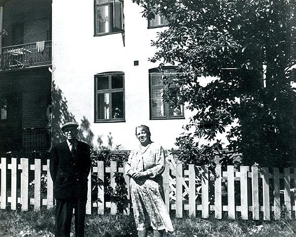 Joel och Mina Svensson vid Villa Strandbaden i Skepparkroken c:a 1950 (foto från Evy Hulth)