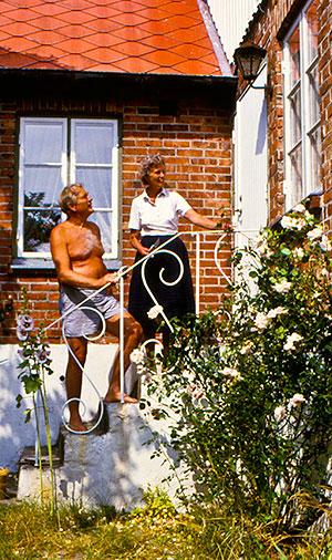 Gustaf och Mary Anne Petrén på trappan till Apelgården 1980-tal (foto från Evy Hulth)
