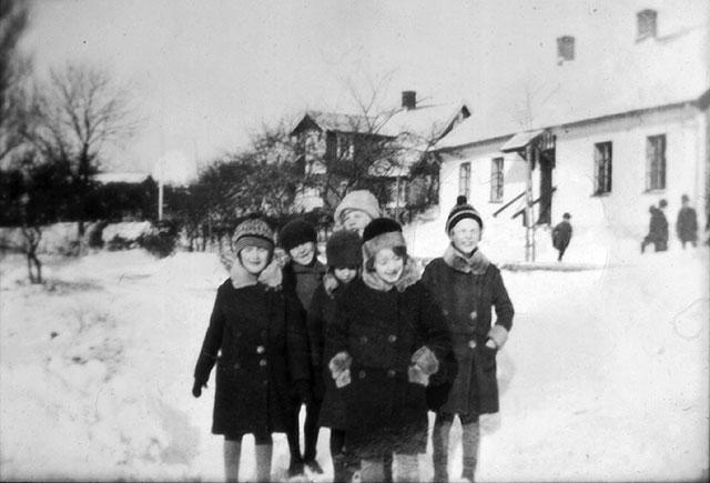 Skolan i Skepparkroken med barn på 20-talet? (foto från Evy Hulth)