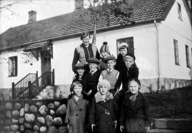 Skolan i Skepparkroken med barn på 30-talet? (foto från Evy Hulth)