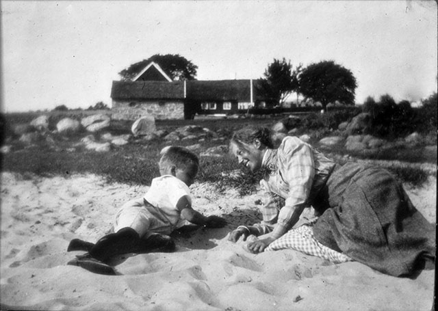 Thörns gård i Skepparkroken med okända personer (1920-tal?)