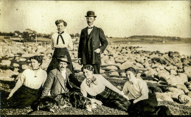 Skräddare Karl Persson (stående) tillsammans med kustroddare Hellbergs barn och systrar.