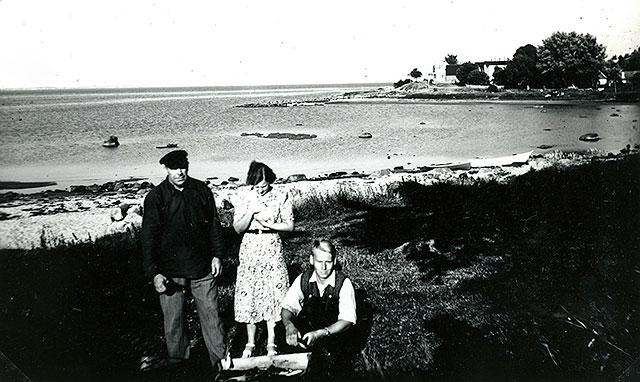 Fiskare Sture Andersson med del av familjen i Skepparkroken c:a 1950