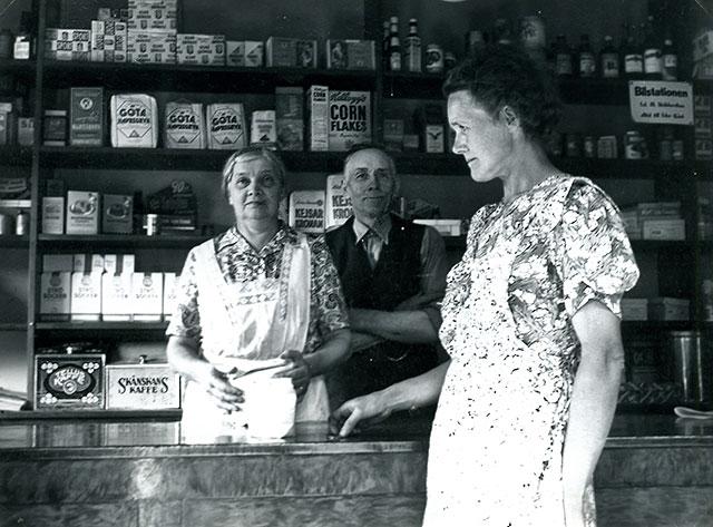 Ester och Josef Andersson och Inez Thörn i affären i Skepparkroken c:a 1950 (foto Maja Fajers)