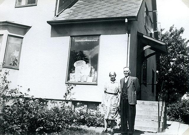 Ester och Josef Andersson framför Thörns affär i Skepparkroken c:a 1950 (foto Maja Fajers)