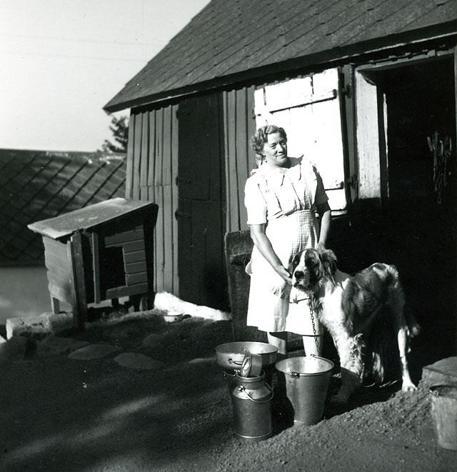 Anna Thörn med hunden Rix i Skepparkroken c:a 1950 (foto Maja Fajers)