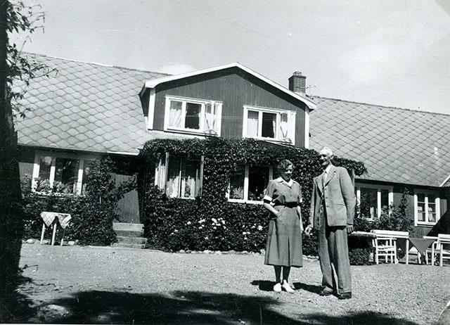 Nils och Siri Hulth på sin gård i Skepparkroken c:a 1950 (foto Maja Fajers)