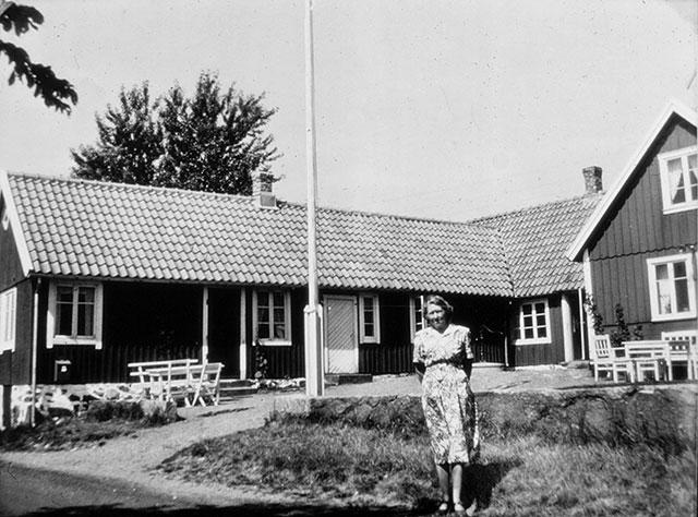 Anna Persson framför Skräddaregården i Skepparkroken c:a 1955