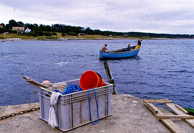 Fiskar-Olle på väg att vittja bottengarnen i Skepparkroken (1980-tal)