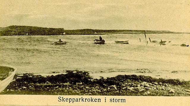Bryggan i Skepparkroken vid storm - vykort från c:a 1900