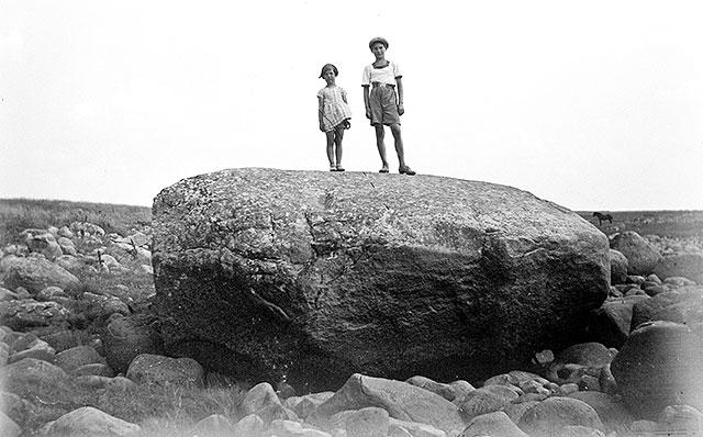 Porslongstenen med Skepparkroken i bakgrunden på 1920-talet