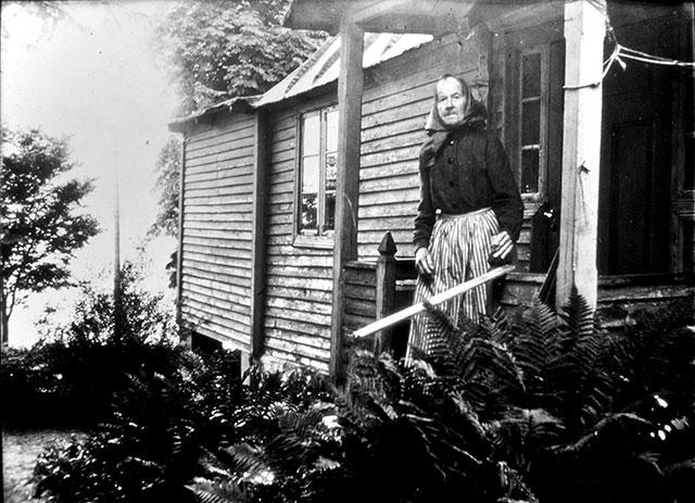 Albertina Hulth vid Almgården i Skepparkroken c:a 1950