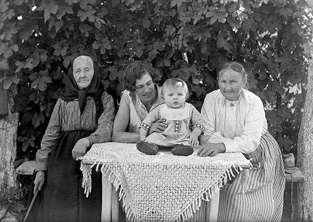 Fyra generationer i Björkhagen på ett foto av Robert Romberg 1928
