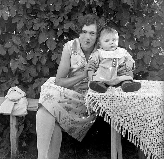 Frida Nilsson med sonen Ingvar på ett foto 1928 av Robert Romberg