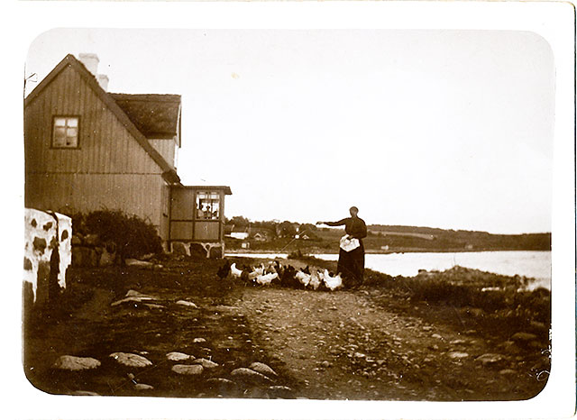 Hilda Hellberg vid gården i Skepparkroken c:a 1900 (foto lånat av Erik Hellberg)
