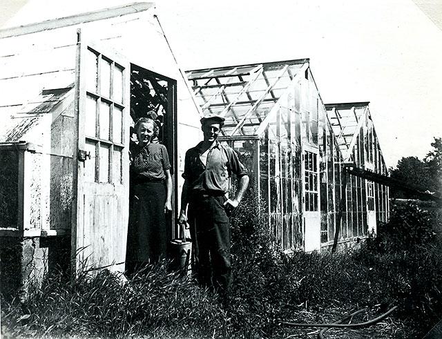 Ella och Claes Nilsson ovanför Thörns gård c:a 1950