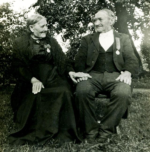Gustav och Petronella Perssons guldbröllopsbild (bilden tillhör Erik Hellberg)