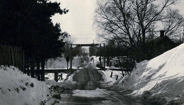 Järnvägsövergången till Skepparkroken på 1940-talet (bilden tillhör Erik Hellberg)