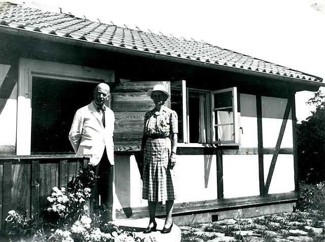 Överste Jacobsson med hustru Marianne vid det nya huset i Skepparkroken c:a 1950