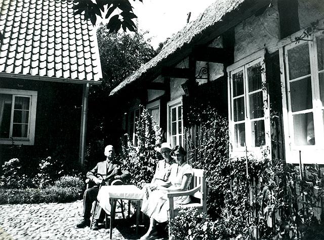 Överste Jacobsson med hustru Marianne och dottern Mary Anne vid Mor Majas gård i Skepparkroken c:a 1950