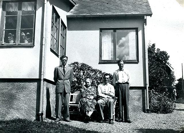 Helga Jönsson med sönerna Stig, Ragnar och Per i Skepparkroken c:a 1950