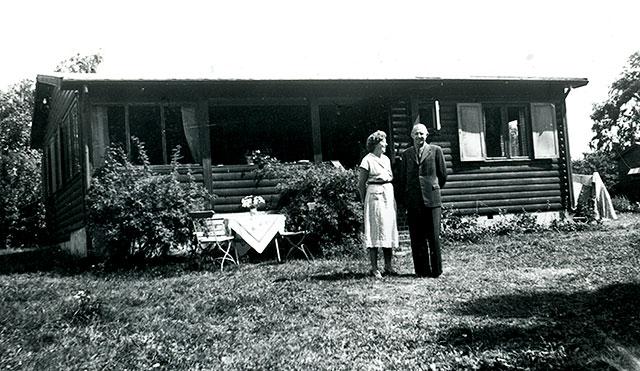 Professor Sven Kjöllerström med hustru Karin i Skepparkroken c:a 1950