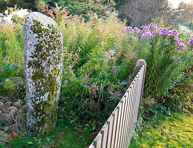 Rest sten som markerar grav vid Brynolfs väg i Björkhagen