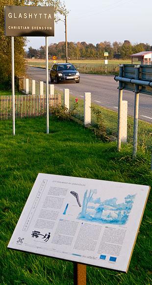 Skylt om bronsåldern vid glashyttan vid Björkhagsvägens början