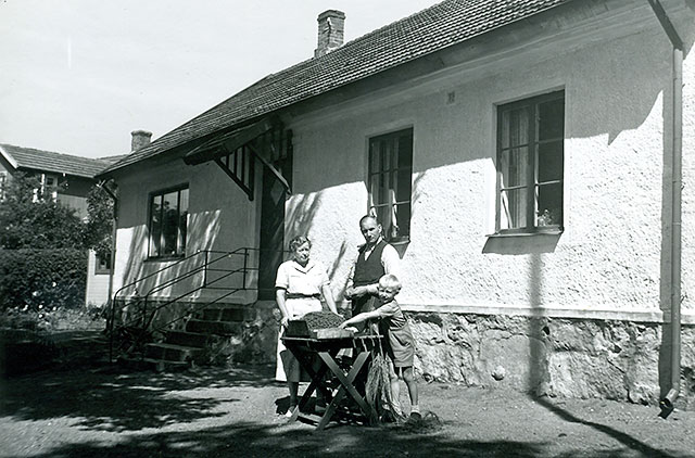 Olga och Sture Hellberg med sonen Bengt vid skolan i Skepparkroken c:a 1950