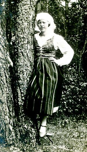 Olga Bengtsson (gift Hellberg) i Bjäredräkt på 1920-talet (bilden tillhör Erik Hellberg)