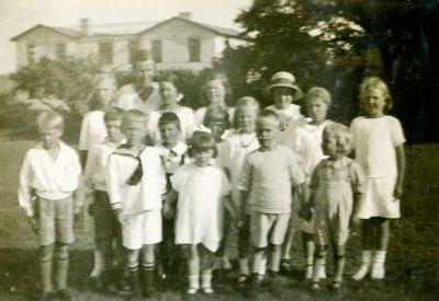 Barn i Skepparkroken framför Villa Strandbaden på 1920-talet