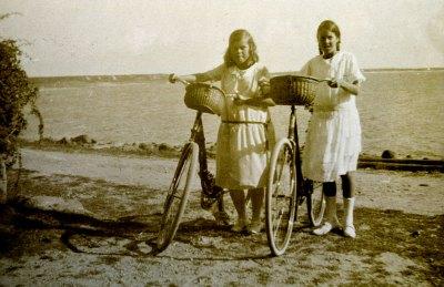 Norbergs på cykel i Skepparkroken på 1920-talet