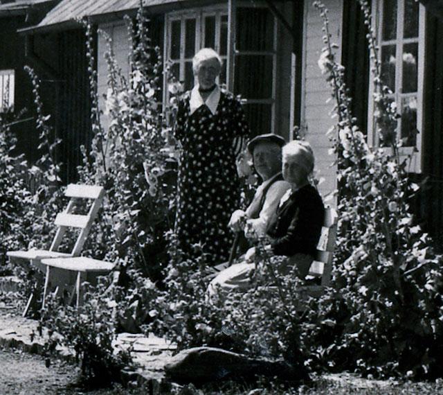 Syskonen Berggren i Skepparkroken på en del av ett vykort poststämplat 1945