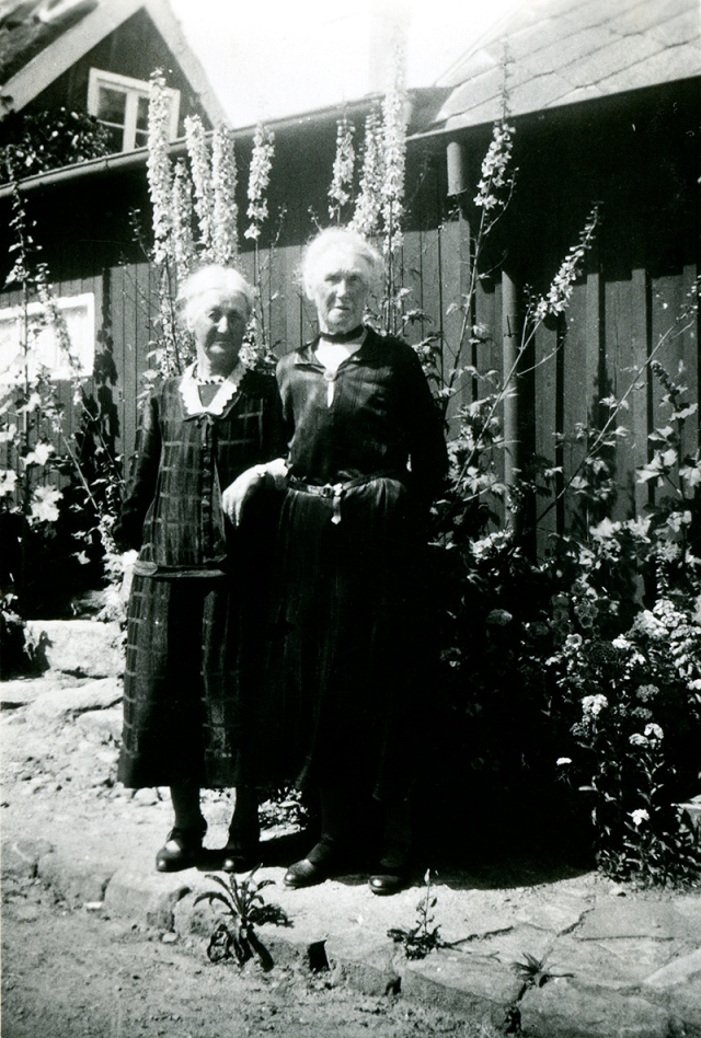 Alma och Augusta Bergren i Skepparkroken år 1939 (foto från Ulla von Kunhardt  f. Thott)