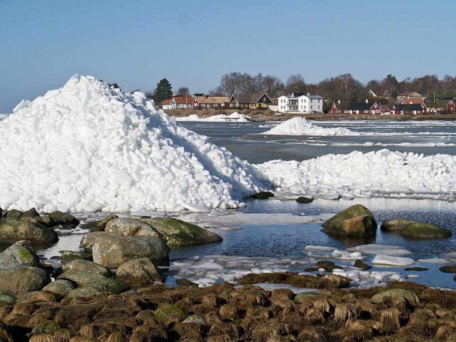 Isberg vid Strandängsvägen mot Skepparkroken 2012-02-23
