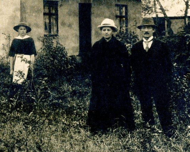Arvid och Anna Nilsson vid Tegelbruket ovanför Skepparkroken c:a 1915