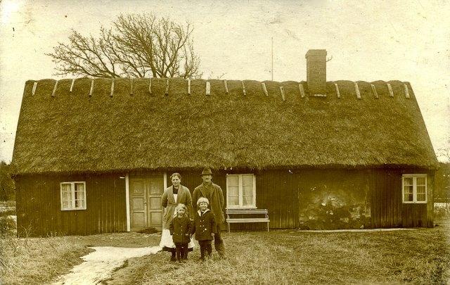 Familjen Nilsson framför Luntertunstugan c:a 1925