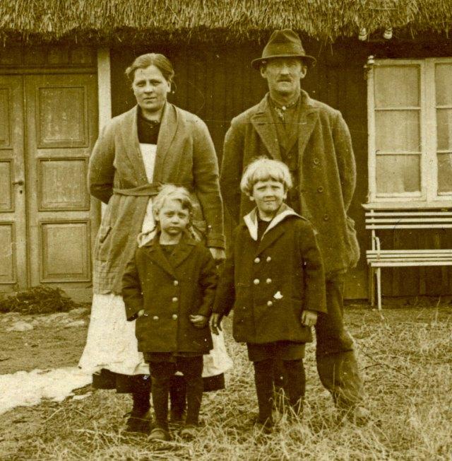 Familjen Nilsson framför huset i Luntertun c:a 1925