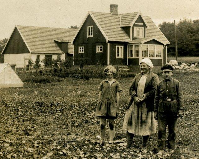 Anna Nilsson med barnen Ulla och Inge vid Åvalla i Luntertun i början på 1930-talet