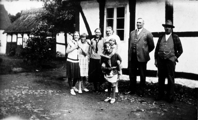 Nils Petter Olsson till höger och Agnes Nilsson (3:e från vänster) c:a 1925