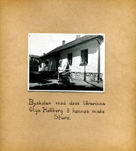 Maja Fajers album om Skepparkroken 1950-51 – sidan 31 Sture, Olga och Bengt Hellberg vid skolan