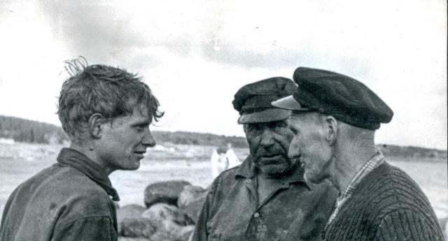 Fiskare Sture Andersson med sonen Gunnar samt Sture Hellberg vid bryggan i Skepparkroken c:a 1960