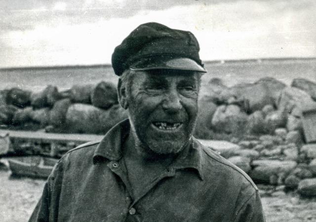 Fiskare Sture Andersson vid bryggan i Skepparkroken c:a 1960
